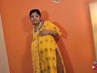 Beamy Indian girls strips surpassing cam