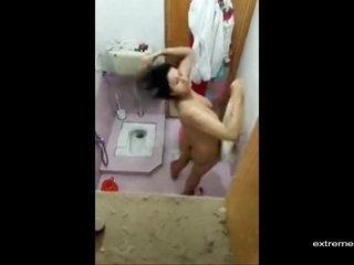 Sali ko Girls' room me nahati hua Camera me khicha